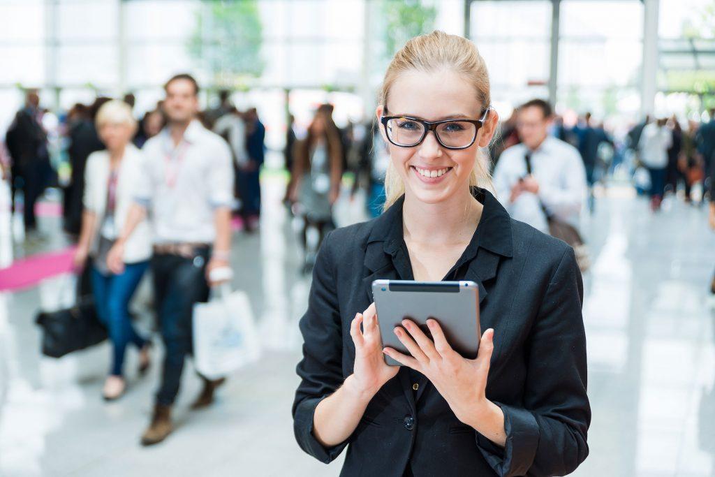 lächelnde Frau mit Tablet in der Hand