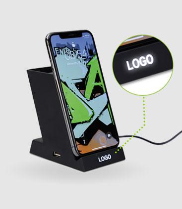 Stiftehalter und Ladestation fürs Smartphone mit beleuchteter Gravur